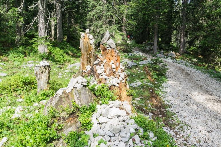 Ein Baumstamm, der als Steinmanndl genutzt wird