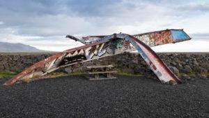 Der Brückenträger. Durch das Wasser völlig verbogen, jetzt ein Denkmal voller Graffiti