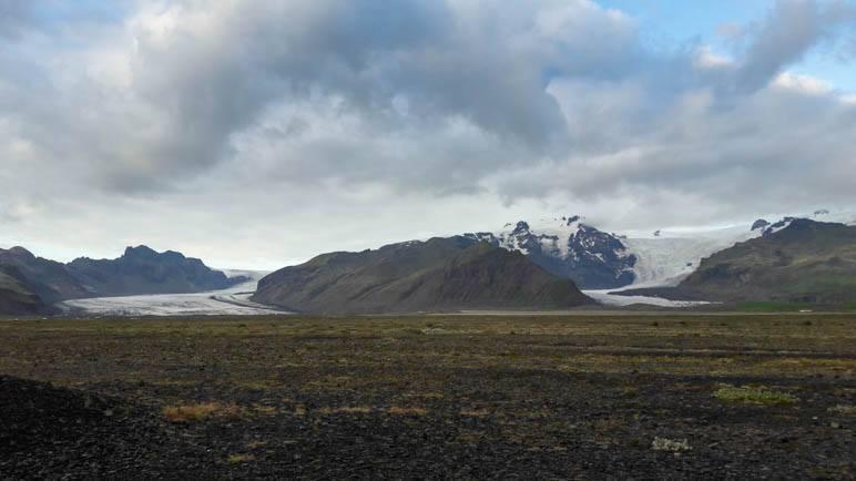 Der Hvannadalshnúkur, umgeben von zwei Gletscherzungen
