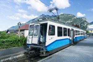 Einer der modernen Züge der Zugspitzbahn im Bahnhof in Garmisch-Partenkirchen