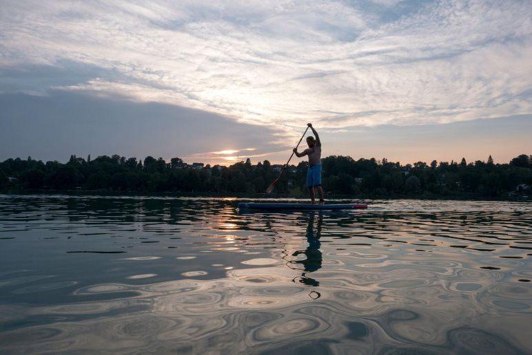 Sportlich: Stand Up Paddeling auf dem Pilsensee - Foto: Nadine Ormo