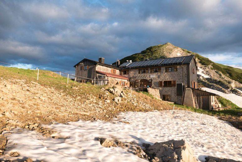 Wanderungen dürfen auch nicht fehlen: Die Weilheimer Hütte im Estergebirge - Foto: Nadine Ormo