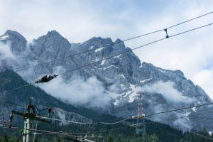 Ein Blick durch die Stromleitungen der Zugspitzbahn auf die Zugspitze