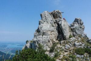 Da ist er, der felsige Friedenrath-Gipfel. Und da steht auch das Gipfelkreuz