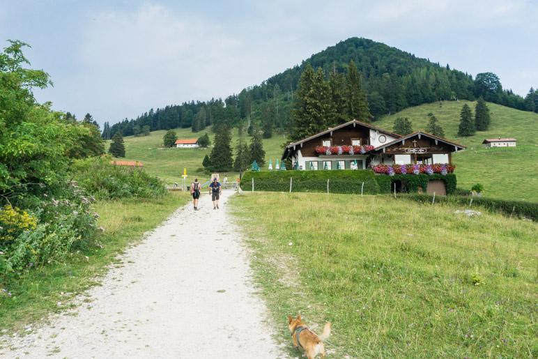 Fast direkt an der Bergstation liegt die Staffn-Alm