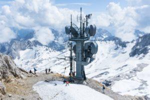 Ein mächtiger Antennenturm