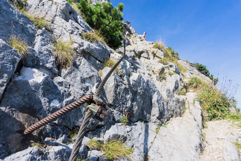 Ein kurzer, drahtseilgesicherter Aufstieg führt über den Fels zum Gipfelkreuz