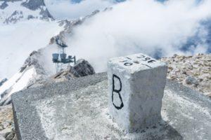 Ein Grenzstein auf der Zugspitze