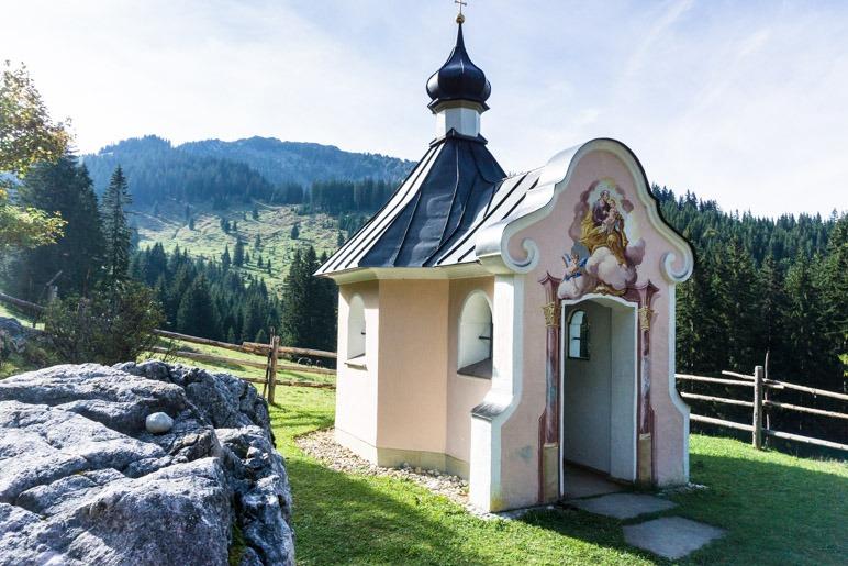 Eine kleine Kapelle direkt neben dem Abstiegsweg