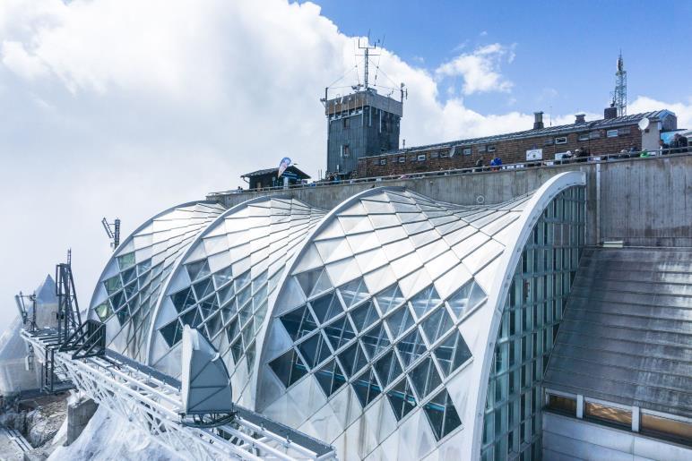 Zusammentreffen von moderner und alter Architektur auf der Zugspitze