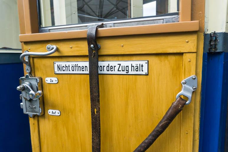 """Kleine Details: Emailleschilder, viel Holz und lederne Fensterriemen"""""""