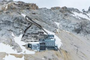 Das Schneefernerhaus. Gut zu sehen sind die großen Lawinenverbauungen oberhalb des Hauses
