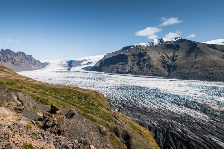 Die Wanderung führt vom Svartifoss zur riesigen Gletscherzunge des Skaftafellsjökull