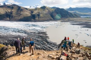 Besucher am Sjónarnípa-Aussichtspunkt am Skaftafellsjökull