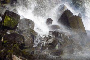 Das Wasser des Svartifoss spritzt über die sechseckigen Basaltsteine