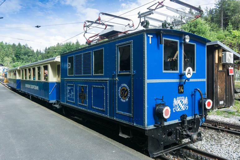 Nun ist die Berglokomotive angekoppelt, die die Waggons die Zahnradstrecke hinaufschiebt