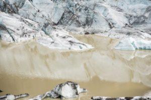 Das Eis spiegelt sich im Gletscherwasser