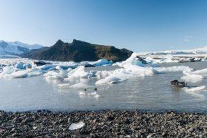Weiße Eisberge vor fast schwarzem Doppelgipfel