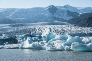 Ein Bild ganz in Blautönen. Leuchtende Eisberge vor dem Gletscher