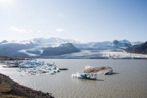 Der Fjallsárlón, einige Eisberge und Eisschollen und der mächtige Gletscher im Hintergrund