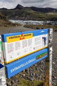 Das Schild warnt vor vielerlei Gefahren am Gletscher