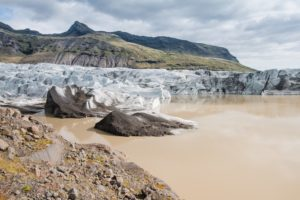 Der milchkaffeebraune Gletschersee des Svinafellsjökull