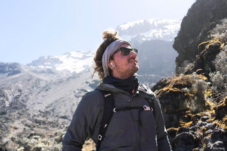 Tom Betz auf dem Weg zum Kilimandscharo - Foto: Nils Heck