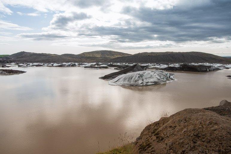 Der braune Gletschersee des Svinafellsjökull