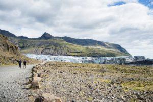 Ein kurzer Fußweg führt vom Parkplatz zum Svinafellsjökull