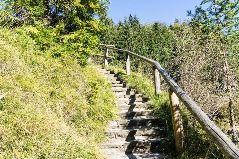 Über die Treppe führt der Weg zum Wasserfall