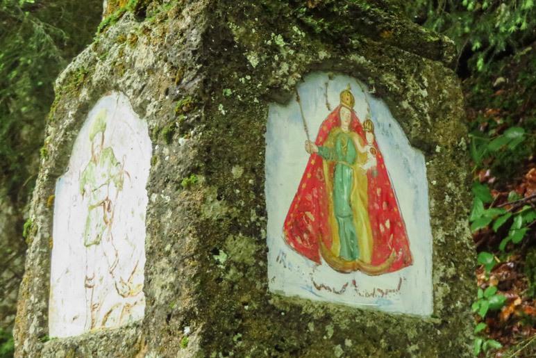 Die Bilder auf dem Bildstock. Wer ist dort noch neben Maria und dem Jesuskind abgebildet?