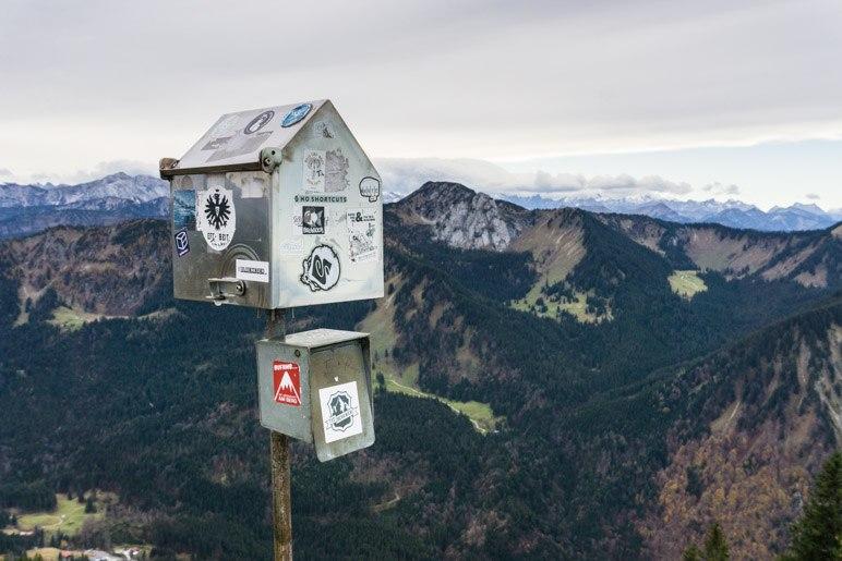 Fernblick und der Kasten für das Gipfelbuch