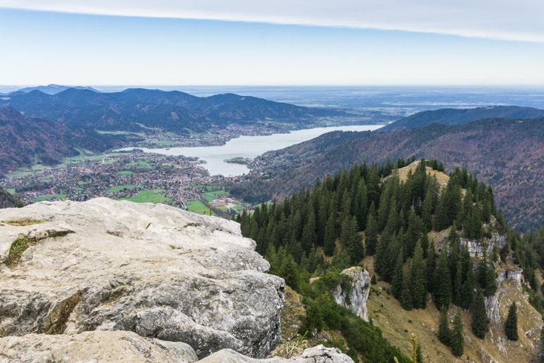 Knapp 950 Meter unterhalb des Bodenschneid-Gipfels liegt der Tegernsee