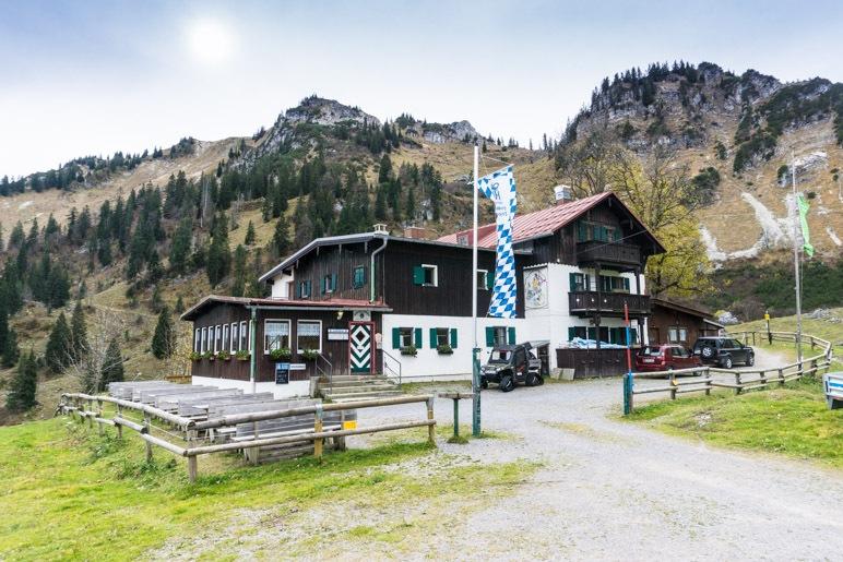 Das Bodenschneidhaus, links im Hintergrund das Ziel der heutigen Wanderung