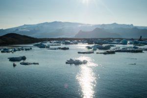 Die Gletscherlagune im Gegenlicht