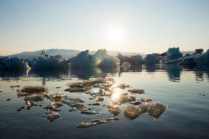Im abendlichen Sonnenlicht glitzerndes Eis