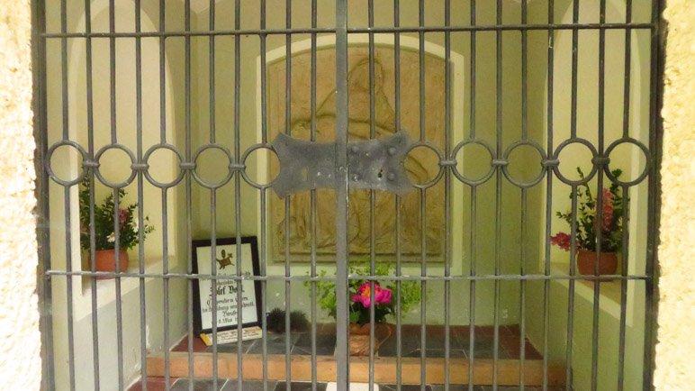 Durch ein Gitter kann man ins Innere der Kapelle sehen