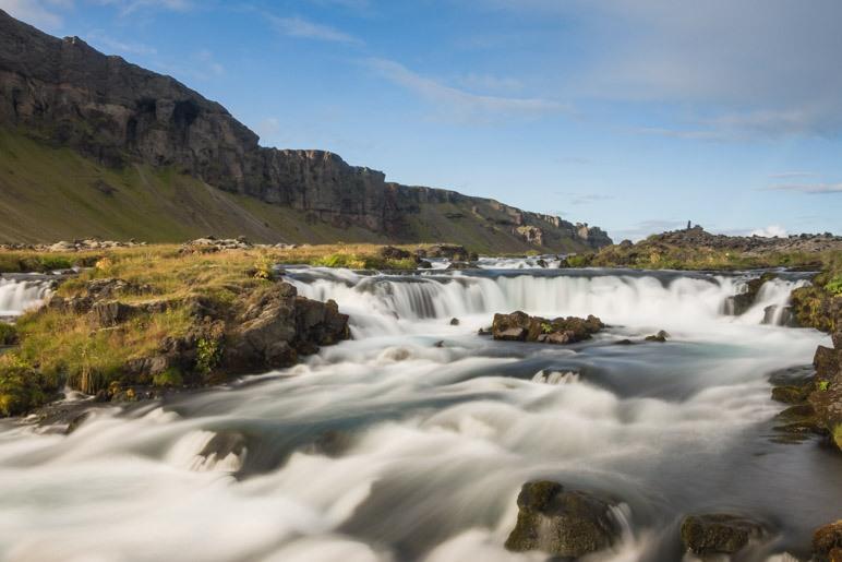 Auf dem Weg von Kirkjubæjarklaustur zum Skaftafell-Nationalpark fanden wir den Fossálar-Wasserfall