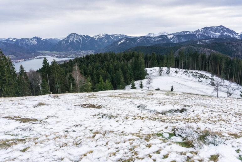 Der Ausblick von der leicht überzuckerten Holzeralm über die Tegernseer Berge