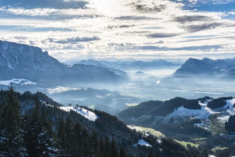 Vom sonnigen Gipfel auf das im Dunst liegende Kufstein blicken: Passt!