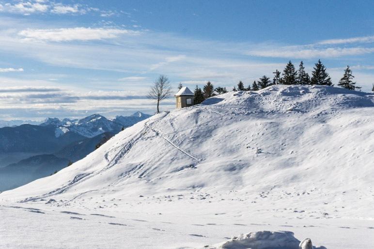 Kapelle und Gipfelkreuz der Karspitze
