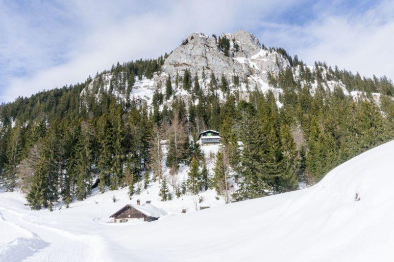 Blick zurück zum Brünnsteinhaus. Unten ist die Bergwachthütte zu sehen
