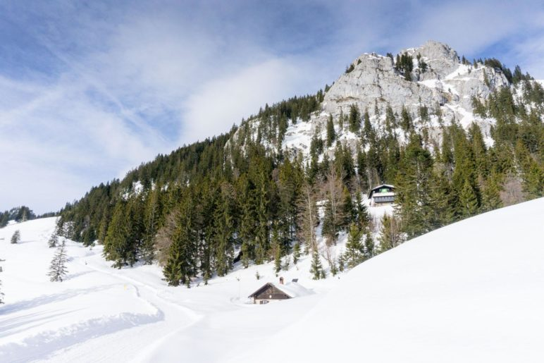 Das Brünnsteinhaus kurz unterhalb des Brünnsteingipfels