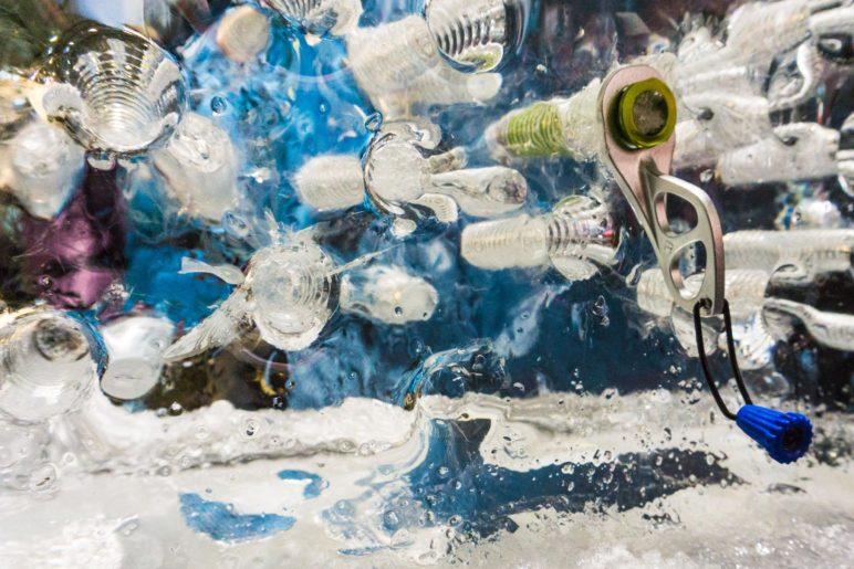 Immer ein gutes ISPO-Fotomotiv: Eisschrauben in Eis schrauben
