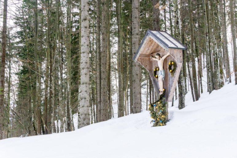Das Wegkreuz im Wald auf dem Weg zum Brünnsteinhaus