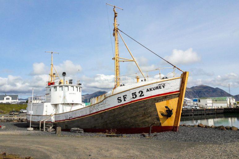 Ein alter Fischkutter im Hafen von Höfn