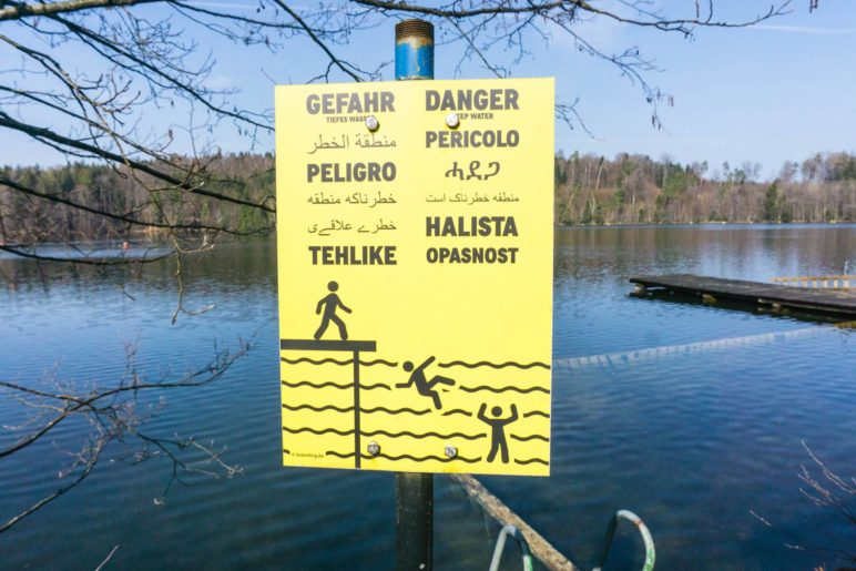 Das vielsprachige Warnschild am Tüttensee
