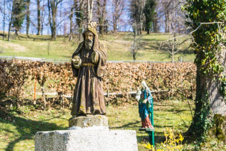 Heiligenfiguren im Park