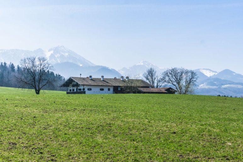 Bayerische Voralpenlandschaft mit Bauernhof, genau, wie man es sich vorstellt