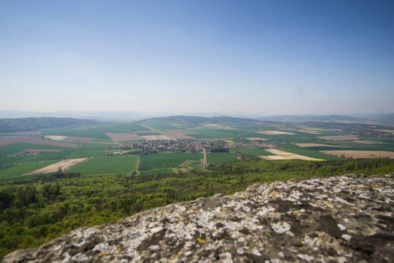 Auf dem Ith-Turm, mit Blick auf Bisperode und das Weserbergland